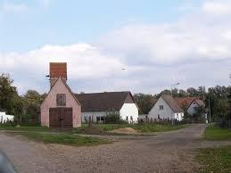 Stara remiza Domacyno (różowy budynek napierwszym planie)