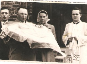 Chrzest Bogdana Szczepanika. Odlewej. Tadeusz Szczepanik, Stanisław Wróbel, Helena Kamińska. Kościół wKarwinie lata 50 te.