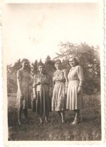 """Zdjęcie podpisane """" Marianna zbratową"""" . Pierwsza odlewej Marianna Wróblewska, Anna Wróblewska, Marianna (Maria?) Kłos, Węglewska. Domacyno 1947r."""
