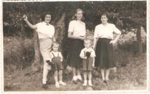 Od prawej: Kłos Maria,Marianna Wróblewska, Natalia Gładysz zd.Węglewska obok niej Stanisław Gładysz.Domacyno 1947 r.