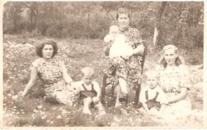 Od prawej: Marianna Wróblewska, M. Kłos, Natalia Gładysz zd.Węglewska obok niej Stanisław Gładysz.Domacyno 1950r.