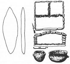 Grobowiec megalityczny orazznalezione wnim przedmioty.