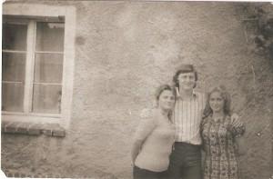 Od lewej: Henryka Dobrowolska- Spaleniak, Stanisław Trzemżalski, Anna Wróblewska -Siwka. Domacyno 1975r.