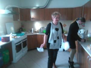 Dzień Kobiet Domacyno 2015. Odlewej: Urszula Ręcławowicz, Edyta Walczak (kuchnia świetlica wDomacynie)