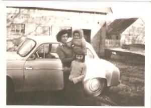 Jolanta Horniatko zd.Szczepanik zMarcinem iBogusią Szczepanik. Samochód Syrena własność Bogdana Szczepanika. Wtle nieistniejąca już stodoła, któraznajdowała się naposesji Państwa Staszków. Domacyno początek lat 80 tych.