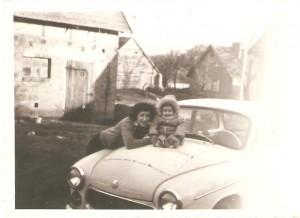 Jolanta Horniatko zd.Szczepanik zMarcinem Szczepanikiem. Samochód Syrena własność Bogdana Szczepanika. Wtle nieistniejąca już stodoła, któraznajdowała sie naposesji Państwa Staszków. Domacyno początek lat 80 tych.