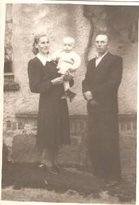 Państwo Wróblewscy Marianna iStanisław zsynem Henrykiem.Na tle domu. Domacyno 1954 r.