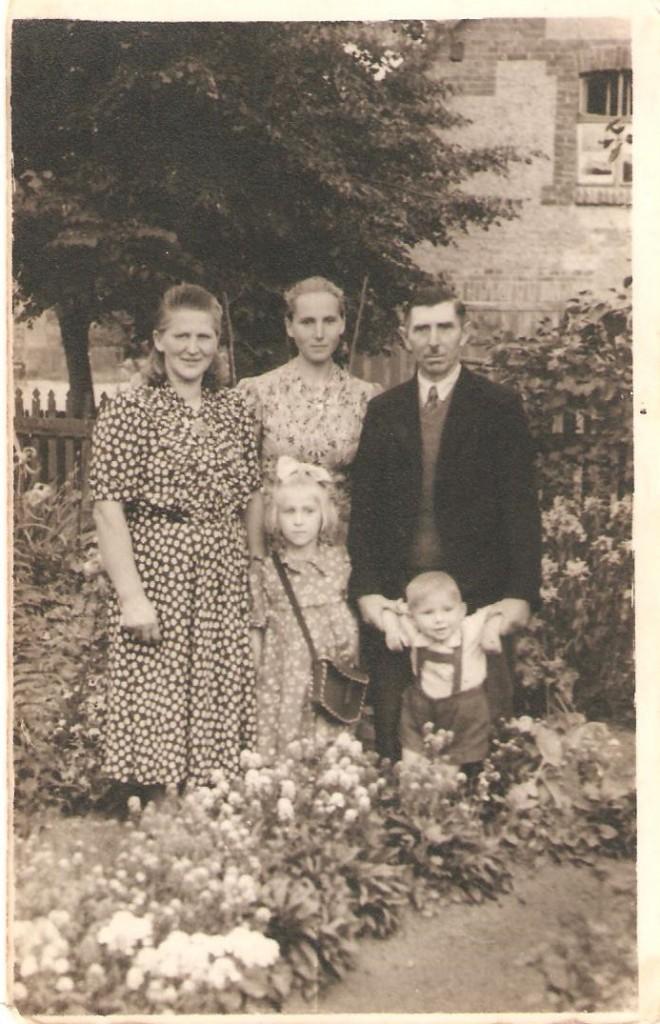 Rodzina Państwa Trzemżalskich odlewej Marianna, Marianna (pomężu Wróblewska), Józef, Anna wkokardzie (pomężu Gerus, Jerzy (chłopiec). Domacyno 1951r. natle domu Państwa Trzemżalskich.