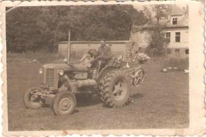 Stanisław Wiśniewski traktor Zetor. Pałac wtle. Domacyno