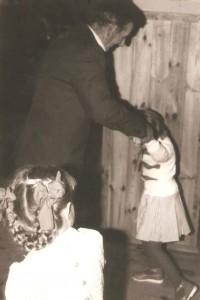 Tadeusz Szczepanik zwnuczką lata 80te swietlica Domacyno 001 001