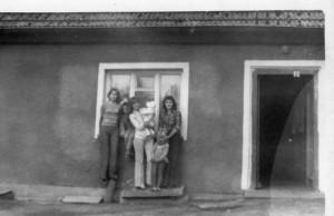 W środku Grażyna Szczepanik zprawej Jolanta Horniatko (Szczepanik) narekach Bogusia Szczepanik. Lata 70 te. (zdj. zarch. domowego K. Horniatki)- Domacyno