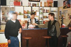 Piwiarnia wDomacynie. Wśrodku właściciel Anatol Horniatko lata 90 te.(zdj. zarch. domowego K. Horniatki)